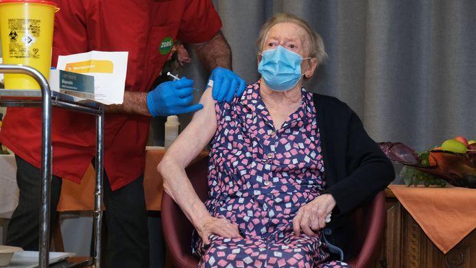 In onze regio kreeg GerardaBarzeele (93) als eerste een coronavaccin in het WZC Sint-Jozef in Kortrijk