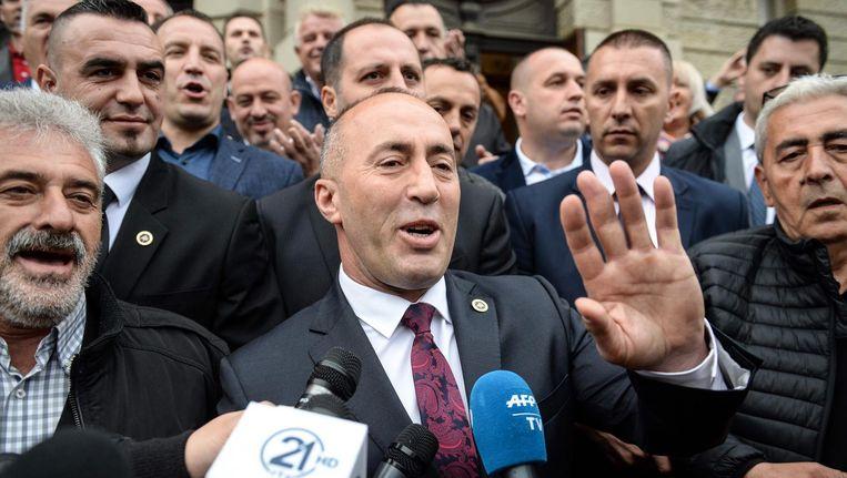 De Kosovaarse ex-premier Ramush Haradinaj spreekt donderdag de pers toe na de uitspraak van de Franse rechter. Beeld afp