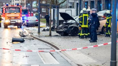 Auto rijdt in op groep mensen aan Duitse bushalte: vrouw (88) komt om, zes mensen naar ziekenhuis