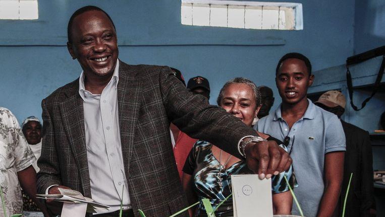 Vicepremier Uhuru Kenyatta bracht gisteren zijn stem uit in Gatundu. Beeld epa