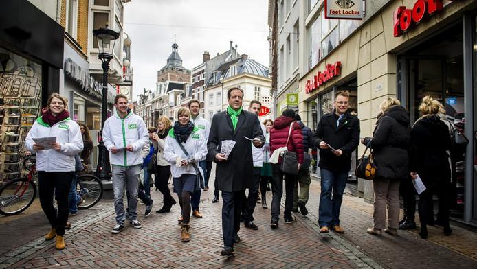 Alexander Pechtold met een D66-team op campagne in Utrecht.