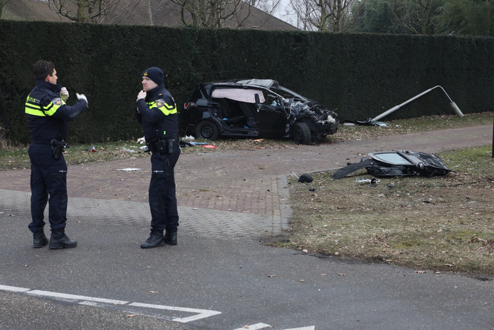 Auto over de kop in Geffen