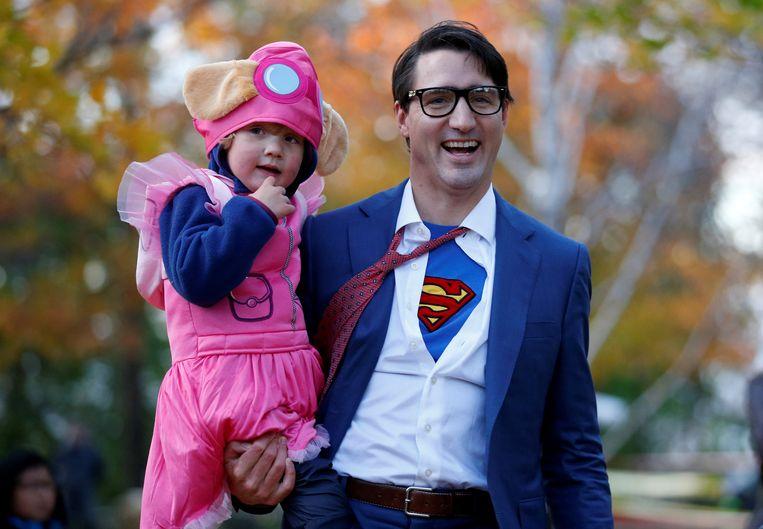 Premier Justin Trudeau verscheen tijdens Halloween in een Superman-shirt. Beeld REUTERS