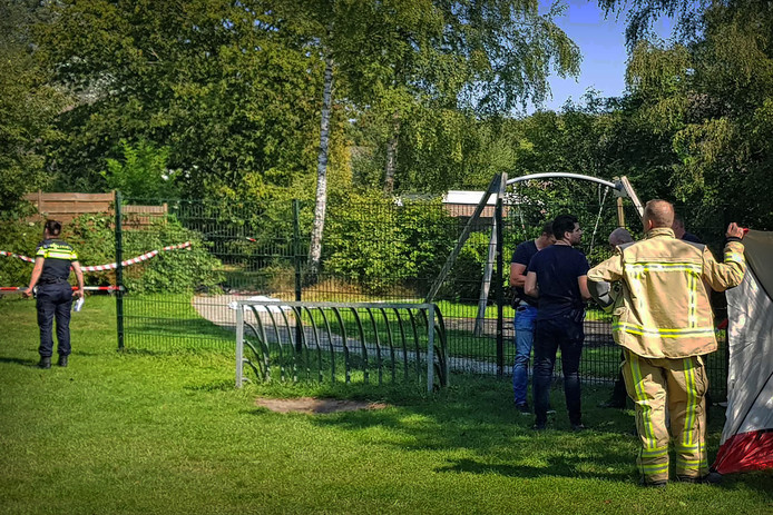 Hulpverleners plaatsen een scherm in een speeltuin waar Martin om het leven werd gebracht.