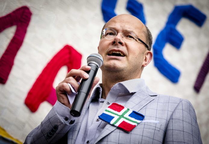 Donald Pols, directeur Milieudefensie tijdens de onthulling van de grootste gebreide deken van Nederland aan Tweede Kamerleden als protest tegen het Gronings gas.