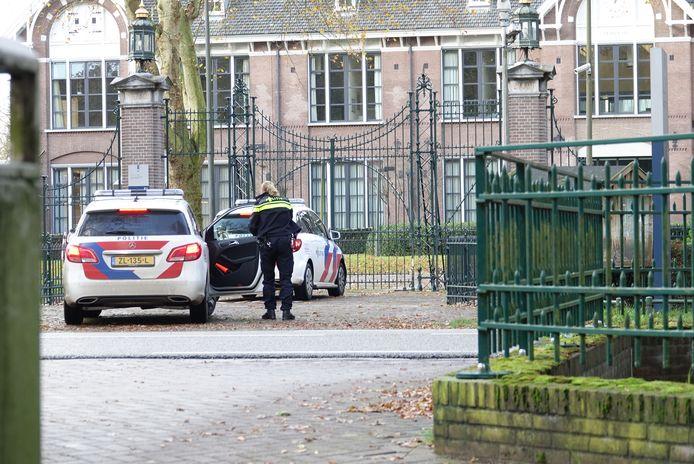 De politie arriveert bij Veldzicht om onderzoek te doen naar de steekpartij.