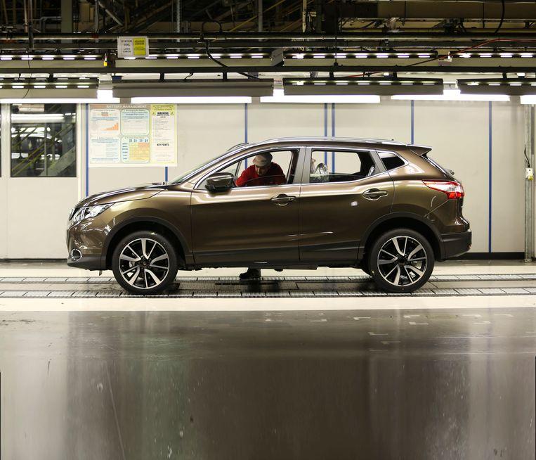 Een medewerker inspecteert een SUV van het merk Nissan in een fabriek in Sunderland, Verenigd Koninkrijk. Beeld Bloomberg via Getty Images