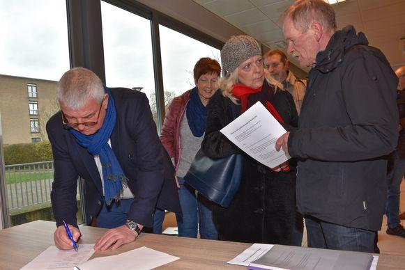 Burgemeester Eddy Lust tekende ook de petitie in het dorpshuis van Rekkem voor een geldautomaat in de dorpskern