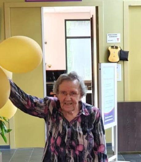 Dolblije bewoners verpleeghuis hangen ballonnen op: eindelijk is bezoek weer welkom