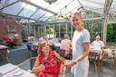 Restaurant De Korenbeurs in Geersdijk:  Gastvrouw Anniek schenkt wijn.