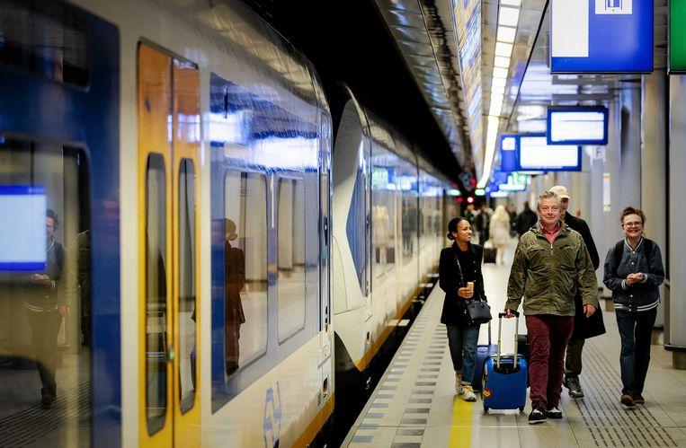 Reizigers dinsdag op station Schiphol. Beeld ANP