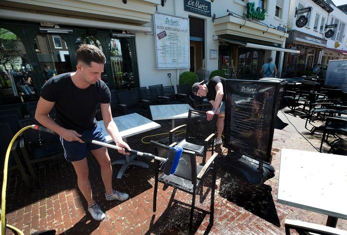 De medewerkers van De Markt inZevenaar zijn druk met het schoonmaken en inrichten van het terras.