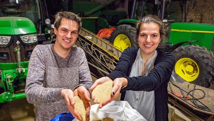 'Broer' Toon en 'Zus' Janna de Geus in hun quinoa-schuur in Mookhoek. 'Quinoa vonden wij een leuk gewas om mee aan de slag te gaan.'