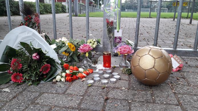 Bloemen, kaarsen een voetbal voor de poort van MvR in 's-Heerenberg als herdenking aan de zaterdag overleden C3-voetballer van de club.