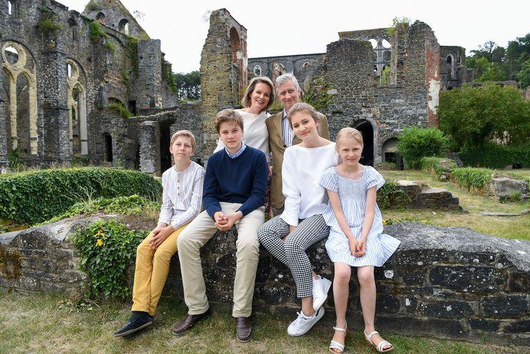 Vlnr: prins Emmanuel, prins Gabriel, koningin Mathilde , koning Philippe, kroonprinses Elisabeth en prinses Eleonore.
