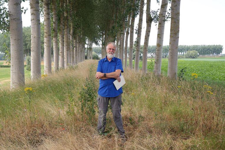 Kunstenaar Rik Vandewege (67) op de plek waar vroeger zijn kunstwerk stond.