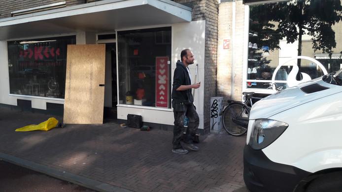 De brand brak uit in het pand van Kunstuitleen Utrecht aan de St. Jacobsstraat.