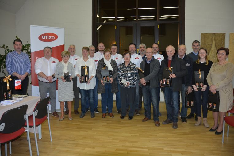 De winnaars van de eindejaarsactie met de leden van Unizo.