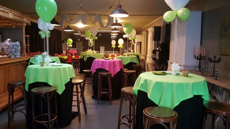 Zaal Ter Duinen werd voor talloze bijeenkomsten en feesten kleurrijk versierd. Nu wordt de inboedel verkocht.