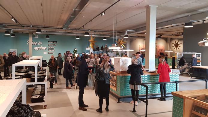 De eerste klanten bezoeken mega-woonwinkel Loods 5 in Duiven.