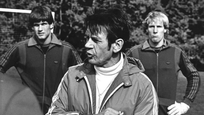 Op de foto coach Jan Zwartkruis (midden). Achter hem de twee doelverdedigers Joop Hiele (links) en Hans van Breukelen.