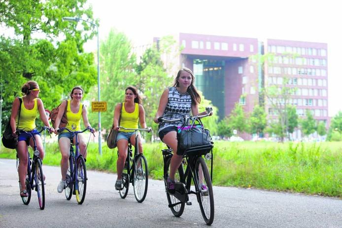 Studentes op de Bornsesteeg, op de achtergrond de Wageningen Universiteit.