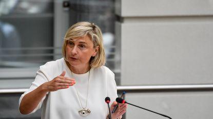 """Onderwijsminister pareert kritiek: """"'t Is weer de schuld van Crevits. Calimerogedrag"""""""