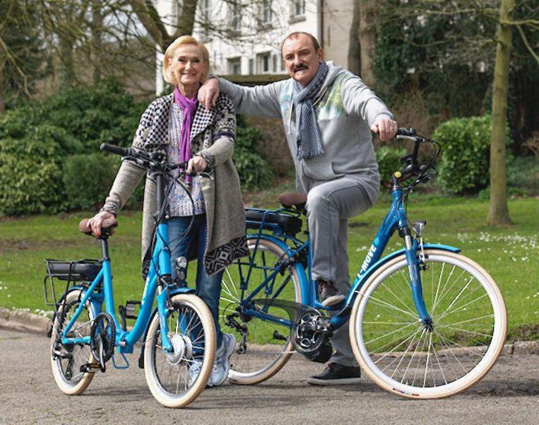 Nicole en Hugo met de elektrische fietsen.