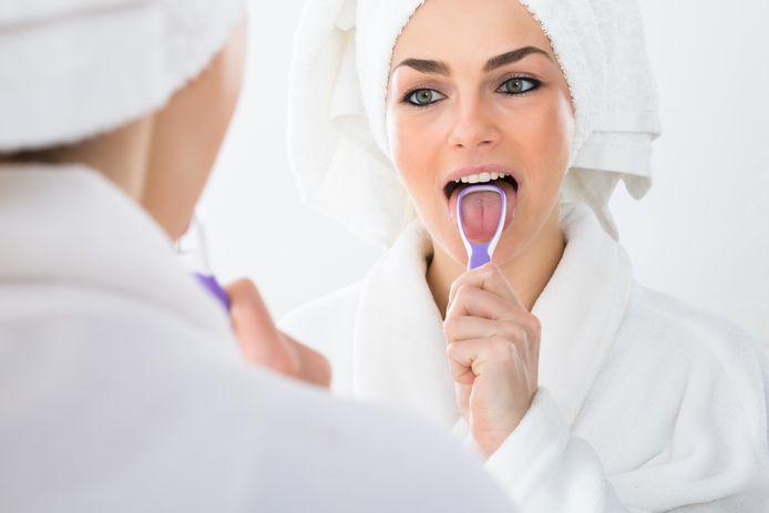 Een slechte adem verhelpen? Reinig je tong twee keer per dag met een tongschraper.