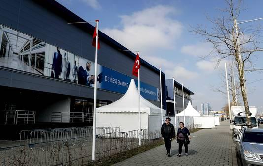 Bij het GIA Exhibition Center zijn voorbereidingen getroffen om de Turkse Nederlanders te ontvangen die naar de stembus gaan voor een referendum over de machtsuitbreiding van president Recep Tayyip Erdogan.