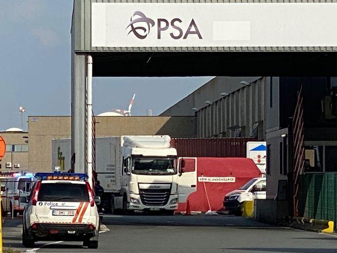 De 42-jarige man uit Ichtegem belandde onder de wielen van de vrachtwagen.