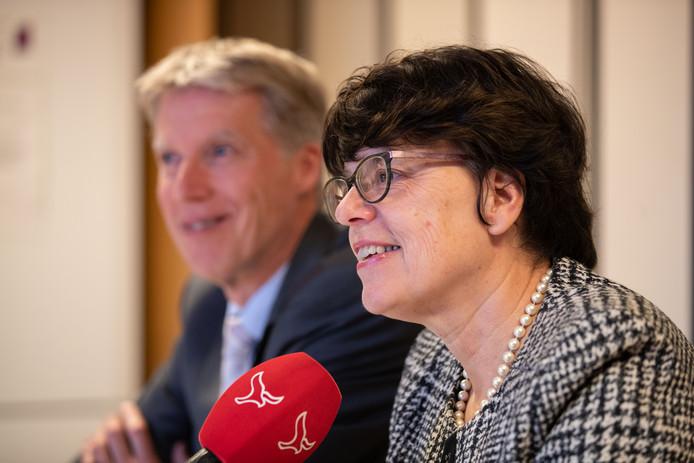 Wethouder Marian Uitdewilligen (gemeente Noordoostpolder) en Marcel Kuin (bestuursvoorzitter Antonius Zorggroep) tijdens de persconferentie over de overname van de polikliniek van de failliete MC Groep in Emmeloord.