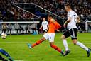 Donyell Malen zet Oranje op voorsprong tegen Duitsland en beleeft zodoende een droomdebuut.