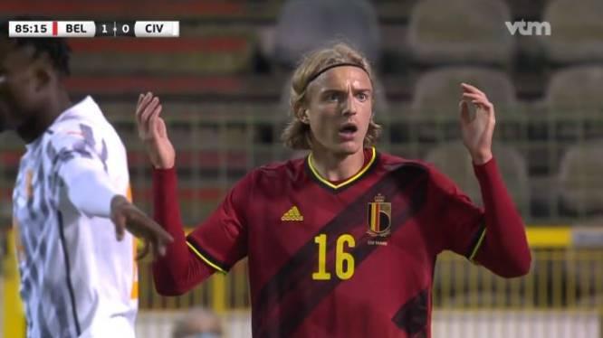 """Mulder snapt penaltyfout van Bornauw niet: """"Een goeie verdediger doet dat niet. Hij geeft de overwinning weg"""""""