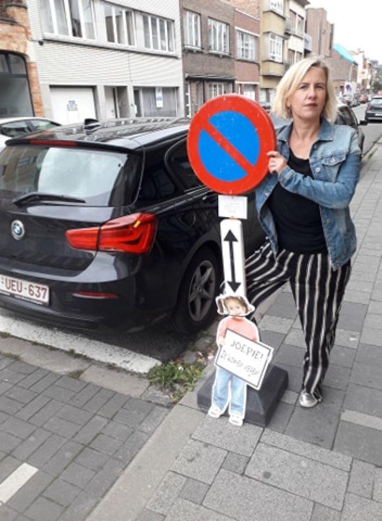 Katrien Vaes en Laura aan het parkeerverbod
