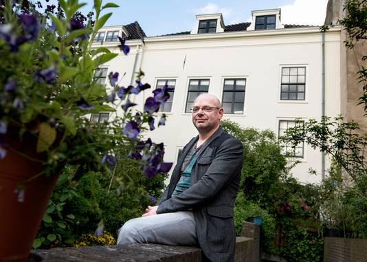 Bewoner Jonathan Joosten voor het pand van Mitros aan de Oudegracht waarin 11 van de 22 woningen zitten.
