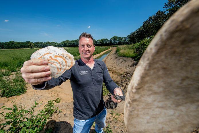 Culemborger Carel Versluis met zijn metaaldetector en ruim duizend jaar oude keramiekvondst bij het opgravingsterrein in Ophemert