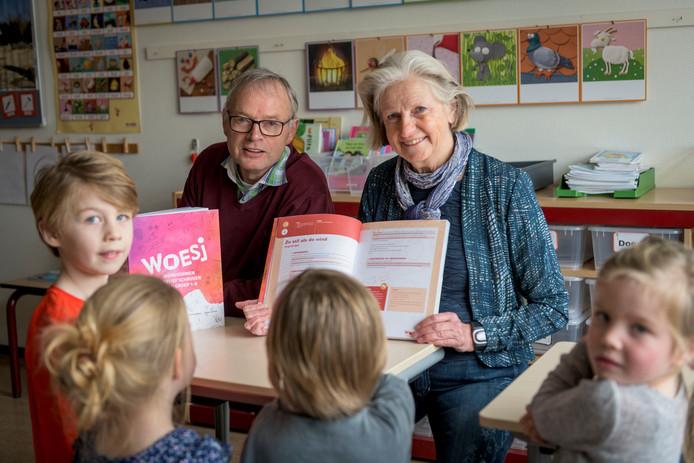 De Losserse Stichting Culturele Basisvorming heeft een nieuwe lesmethode ontwikkeld. Doel is om kinderen creatief te leren schrijven. Het is het laatste project van afzwaaiende bestuursleden Cor de Jong  (links) en Liesbeth Dales.