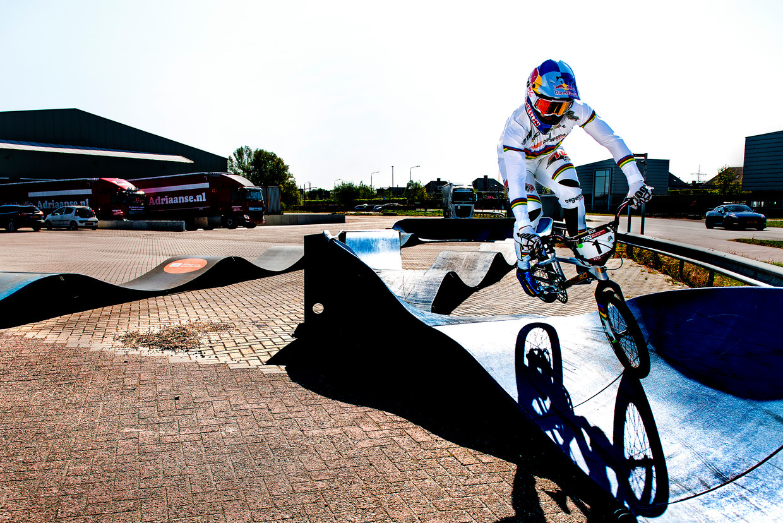 BMX'er Twan van Gendt onderhoudt zijn vaardigheden op een klein BMX-baantje, een pumptrack, op het terrein van het transportbedrijf van zijn sponsor. Beeld Klaas Jan van der Weij