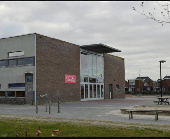 Het schoolplein waar de politie van Dronten al een aantal keer is geweest om jongeren weg te sturen die daar 's nachts aan het drinken waren.