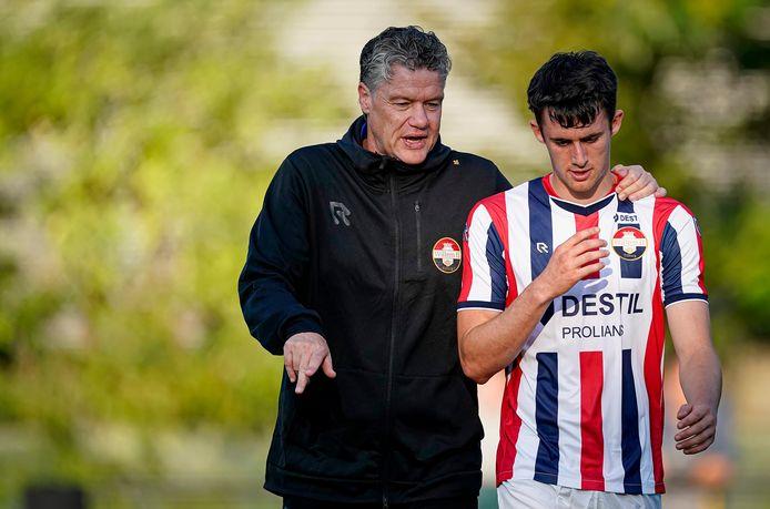 Arno Arts als trainer van de beloften van Willem II met Dylan Ryan.