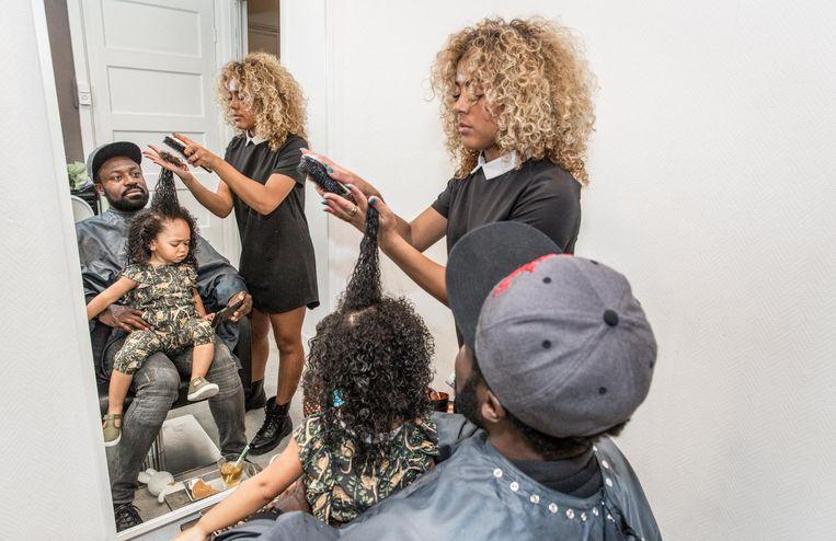 Emmanuel Anning met dochter Julia Rose (2): 'Het is voor haar de allereerste kapperservaring' Beeld Dingena Mol