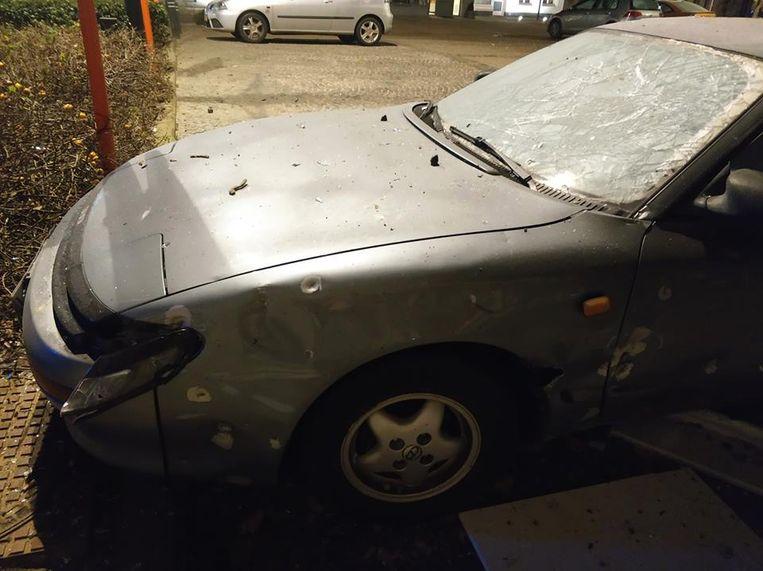 Een auto die vlakbij geparkeerd stond liep eveneens schade op.