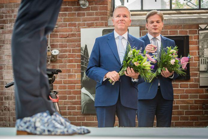 Pieter Omtzigt en partijvoorzitter Rutger Ploum kijken toe hoe Hugo de Jonge het CDA toespreekt als nieuwe lijsttrekker.