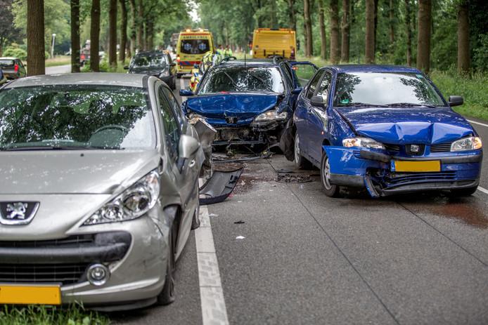 Vier auto's liepen flinke schade op bij de twee ongevallen.