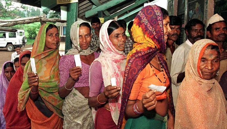 Indiase vrouwen staan in de rij in Kotba om hun stem uit te brengen tijdens de verkiezingen. Beeld anp
