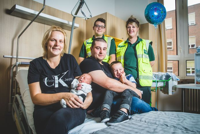 Mama Emmely (23) en papa Tim (25) met Cas, zijn broertje Rune (4) en de ambulanciers.