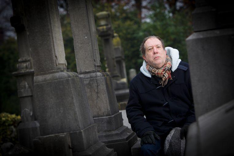 Auteur Jos Sterk schreef een boek over de vele jeneverstokers die begraven liggen op het oude kerkhof van Hasselt.