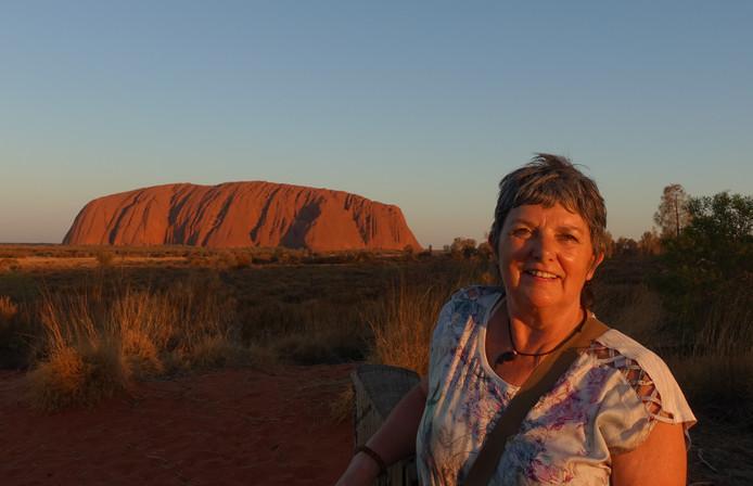 Zonsondergang bij Uluru (of Ayers Rock): de beroemde en reusachtige rotsformatie in het midden van Australië.