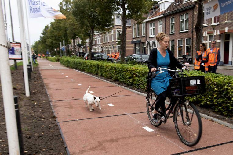 Archiefbeeld van de opening van het PlasticRoad-fietspad in Zwolle, Nederland. Het fietspad is gemaakt van gerecycleerd plastic.